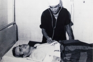 John McCain in bed with a broken leg and two broken arms. In spite of his injuries he was systematically beaten during large parts of his stay at the «Hanoi Hilton», a detail forgotten by whoever made the signs on the walls. (A picture copied from the museum walls)
