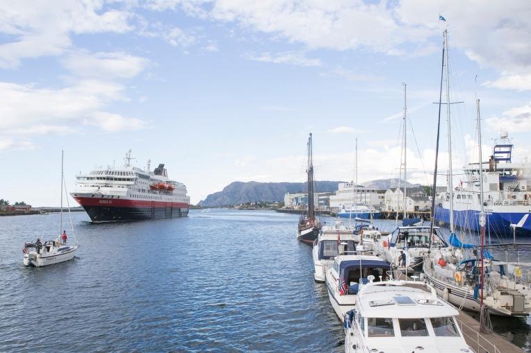 «Nordlys» leaving Brønnøysund, heading south.