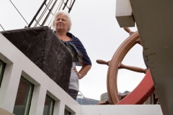 ES has good reasons to look worried. No woman would be allowed near the wheel of the original «Endeavour».
