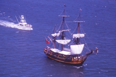 This picture from 1999 shows a replica of William Bligh's Bounty, the scene of the 1789 mutiny. It was built for the 1978 movie starring Mel Gibson and Anthony Hopkins. When DHH was in Sydney for the first time this vessel was also part of the Maritime Museum, but today it is to be found in Hong Kong.