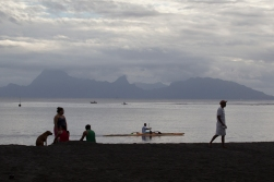 From Matavi Bay you can clearly see the saw tooth-like mountains of Moorea. James Cook did not take the trip there until his third voyage, in 1777.