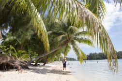 ES on the beach of Moorea, a place that both she and James Cook found to be «a paradise beyond compare».