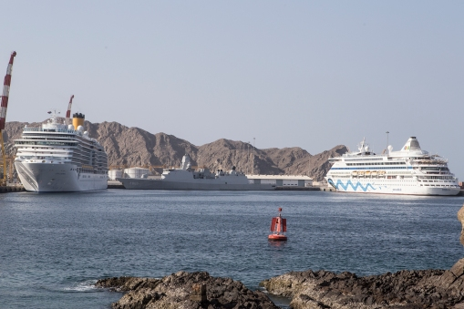 Muscat. To the left, the Luminosa, now anchored in the capital of Oman. Our neighbour here was the Aida-Aura.