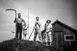 Mowing the lawn (I) DHH age 3, his parents and grandfather in front of the outhouse in 1956.