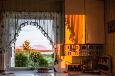 The midnight sun also decorates the inside of the house. The exact time is given by the radio.