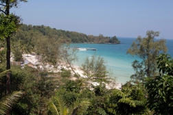 Coconut Beach is our reward when we finally get there, some 3-400 meters of white sand, palmtrees and 28 degrees water.