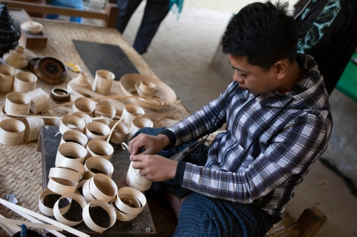 Traditional Burmese lacquerware is one of the country's most famous handicrafts. We were shown around a workshop in Bagan. This man is making the «body» of a cup from slices of bamboo.
