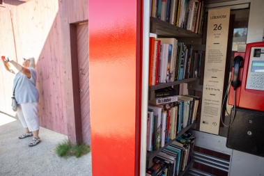 Innovation! A Røros phone-booth turned into a book-booth, a free and unbureaucratic mini library!